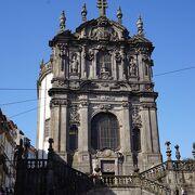 急な坂道を登ったところにある教会です。