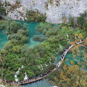 クロアチアの世界自然遺産プリトヴィッツェ湖群国立公園!美しいエメラルドグリーンの湖と滝に囲まれて、澄んだ空気で深呼吸!