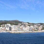 海の向こうに熱海の街が見えます