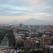 エレヴァン市街地とアララト山が見えました。