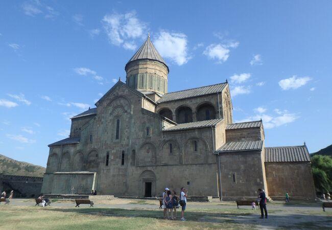 スヴェティツホヴェリ大聖堂など古くからの建物が残っています。