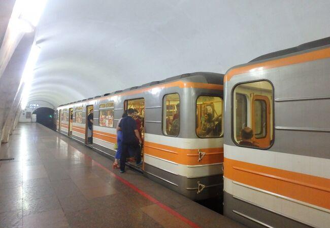 共和国広場以北の駅は少し不便な場所にあります。