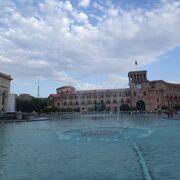 共和国広場に面している時計台は政府の庁舎です。