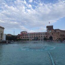 共和国広場の噴水から見た時計台のある政府の庁舎