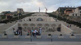 復興アルメニアの碑 (カスケード)