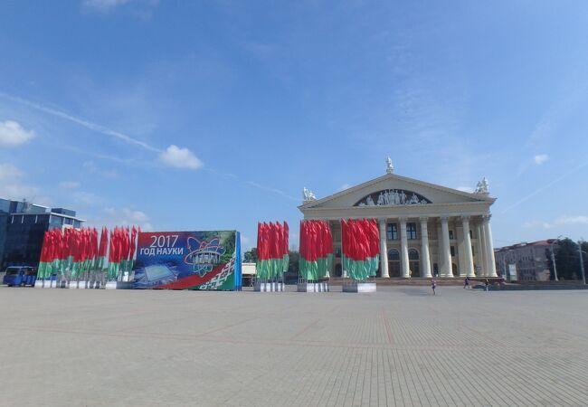 広場の端にはベラルーシの国旗の色と同じ赤と緑の旗がたくさんありました。