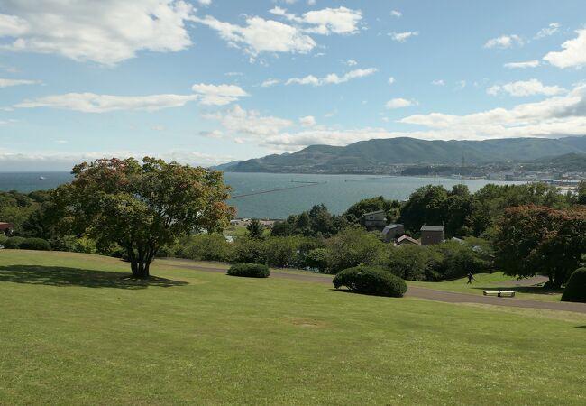 海と港を見下ろす丘の上の公園