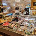 すり身製品のお惣菜が量り売り。