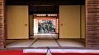 紅葉の名所湖東三山のひとつです。明寿院の襖から見る紅葉が素晴らしい。