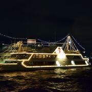 横浜ベイブリッジや港を行き交う船の眺めがロマンチックな公園