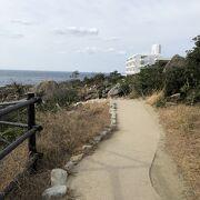 崖の先まで行けますが、崖のかなり手前に柵が設置されています。