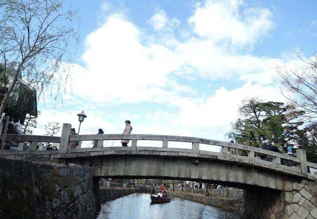 橋の下に注目
