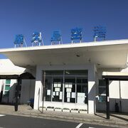 小さな空港ですが、売店とレストランはあります