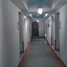 廊下、ドアが一段高くなっています。