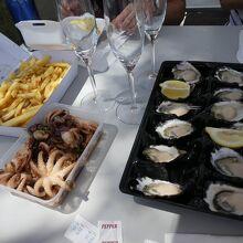 生牡蠣、チップス、子ダコのオリーブ炒め、シャンパンを待つのみ