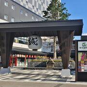 駅の隣にある商業施設