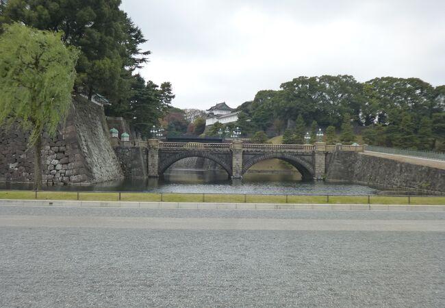 皇居の正門に通じています。