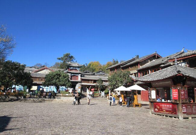 麗江古城のへそともいえる場所、お土産物を販売するお店や、バーストリートもあり賑わっていました。