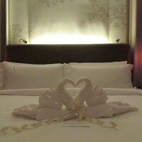 ターンダウン後のベッドには白鳥さんのタオルアート