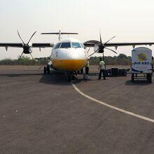 バガンが目的地の人と、預け荷物だけが飛行機から降ろされる