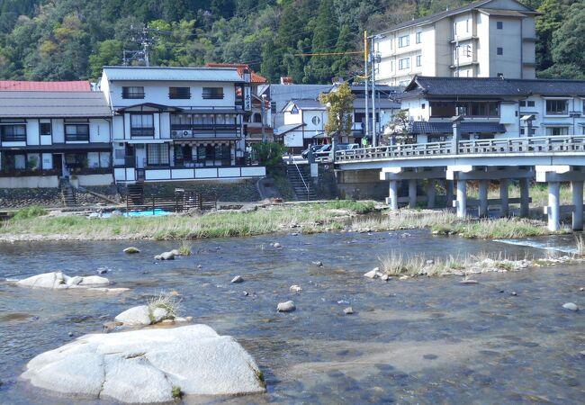 橋から降りたところには無料の足湯と露天風呂があります。