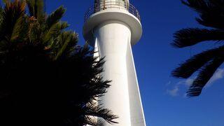 近くで見るとなかなか堂々とした綺麗な灯台
