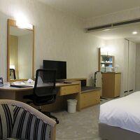 広々した客室は落ち着いたデザイン、穏やかに滞在できました
