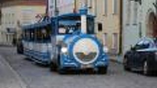 かわいいSL風のバスです。