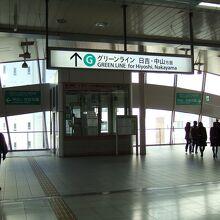 センター北駅は高架上にあります