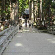 最も神聖な弘法大師御廟への道
