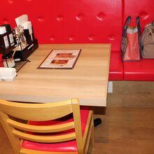 椅子の赤がきつい感じですが、店内全体とバランスとれています。