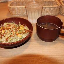 付属のスープとサラダ