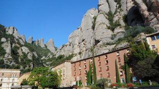巨大な奇妙な形の岩山