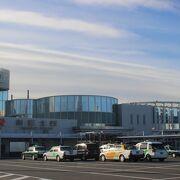 新幹線の駅の中にある観光案内所