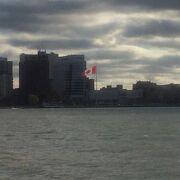 川の向こうはカナダ