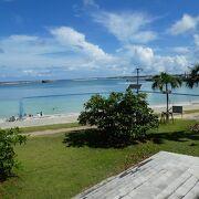 市街地にビーチ。沖縄ならでは。