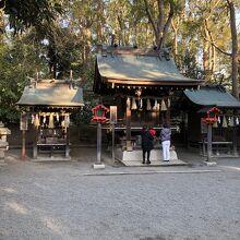 若宮社、神明社、諏訪社の三つの祠が並ぶ