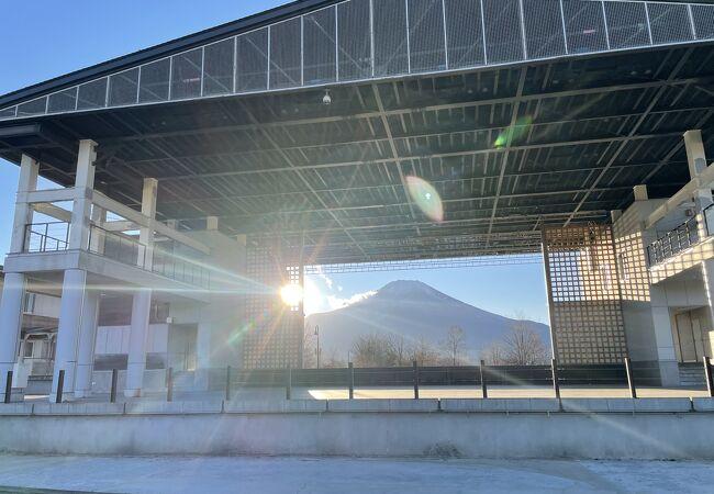 ステージをフレームに見立てた富士山の写真が撮れる絶景スポットです。