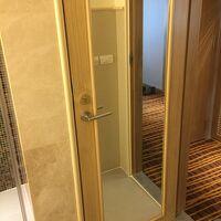 この扉の後ろにトイレがあり、この扉がバスルームの扉となります