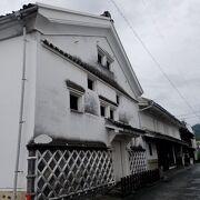 町屋風の建物と白い蔵は共に登録有形文化財