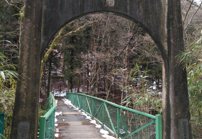 緑色の橋です。