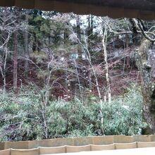 露天風呂の大きな穴からは、文殊堂の階段が見えます。
