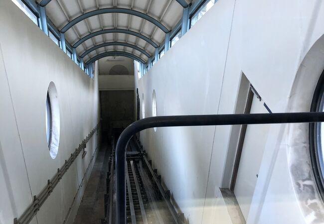 斜行エレベーター。