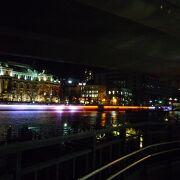 ライトアップされた橋がたくさん架かっています