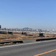 歌碑は橋の北側の道路沿いに建っています