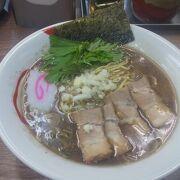 昭和レトロの店内で食べる煮干しそばが美味しい!