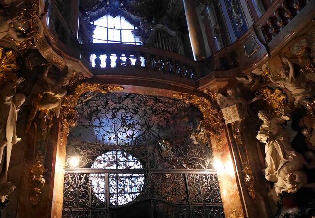 奇っ怪で異世界への扉と呼ばれる教会。レジデンツのアンティカリウム、グロット宮殿などがお好きな方は必見!