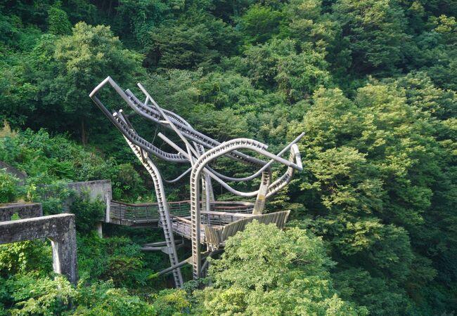 現代アートのようなデザインの構築物