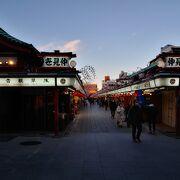 浅草の一番有名な観光スポット。コロナ禍でも人は多い。