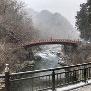 朱塗りの美しい橋